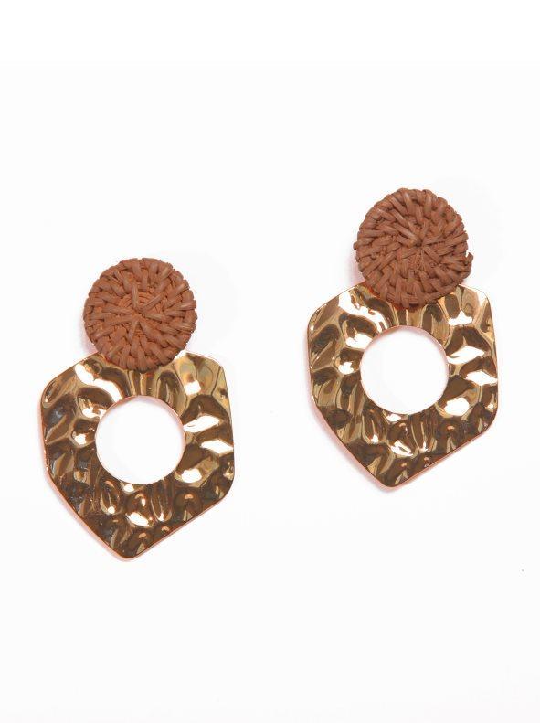 84966ce6dc35 Pendientes largos de madera y metal dorado marrón