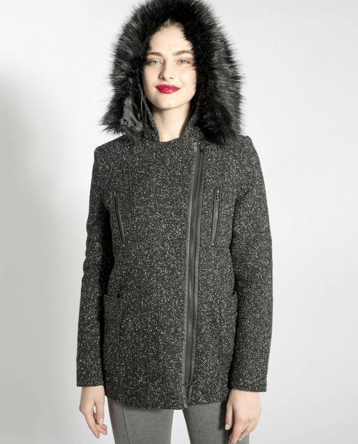 80b3ca6673af Abrigo de mujer con cierre lateral y capucha