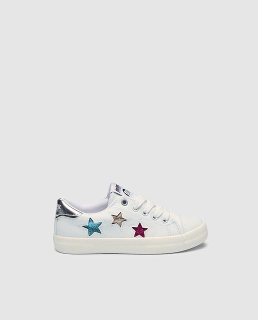 8da16c970 Zapatillas deportivas de niña en blanco con print de estrellas